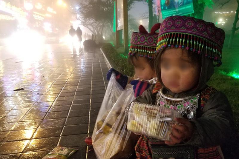 Hình ảnh trẻ em bán hàng rong ở Sapa